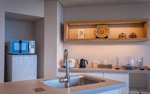 キッチン奥には壁面装飾(沖縄のやちむん(焼き物)や染物)